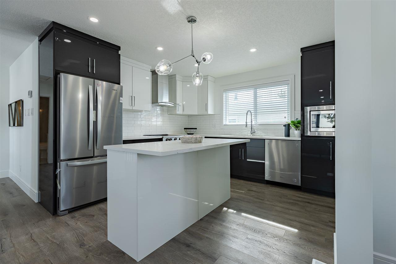 Kitchen with Island Seating / High Gloss Cabinets